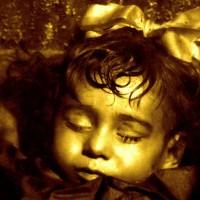 Това момиче е мъртво повече от 90 години, но когато погледнете в очите й ... ще се разплачете!