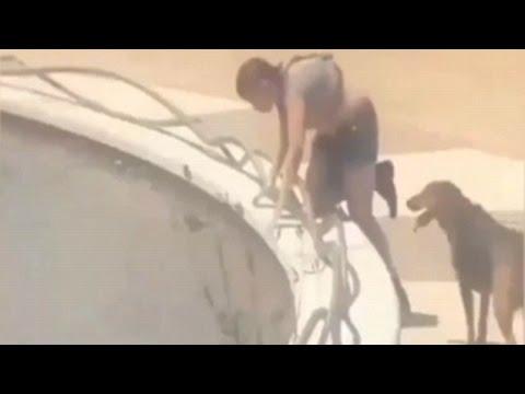 Мъж разхожда жена си на каишка