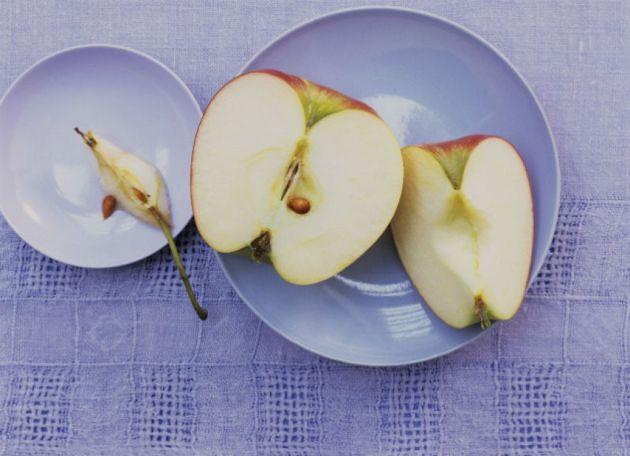 Защо ябълката потъмнява като се разреже?