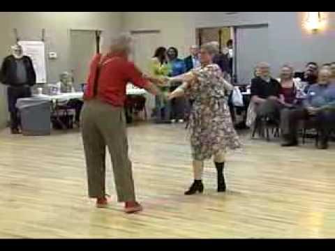 Възрастна двойка танцува суинг и публиката пощурява
