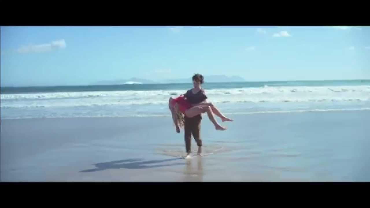 Момче спасява момиче в морето