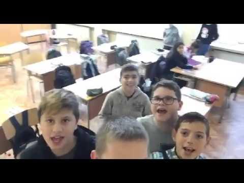 Деца пеят чалга в училище