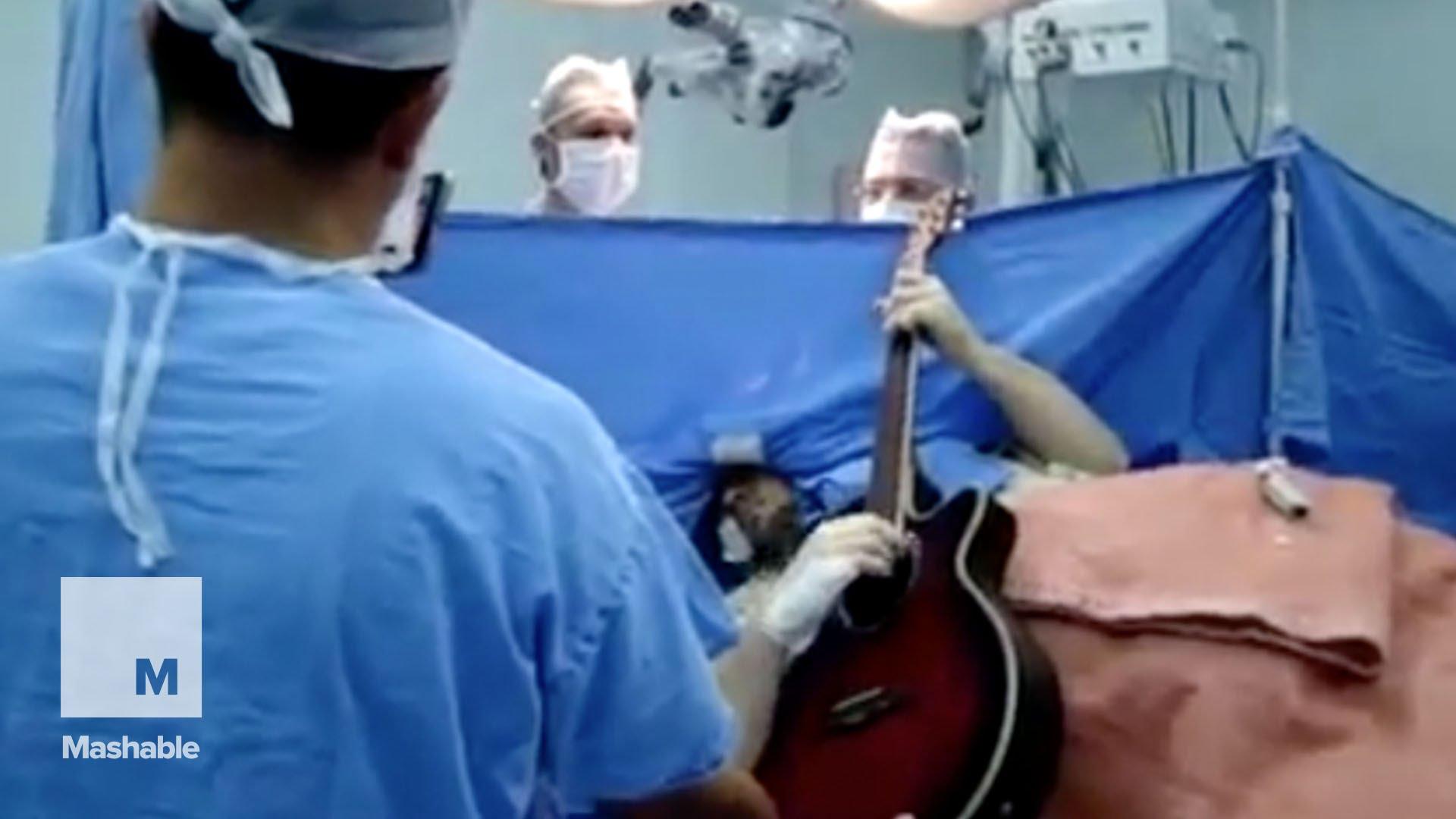 Пациент свири на китара по време на собствената си операция на гравата