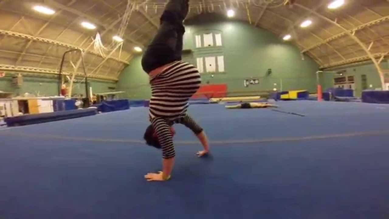 Бременна с близнаци, в 8 месец, в залата за гимнастика