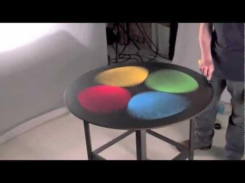 Мъж постави 4 различни цвята на една маса