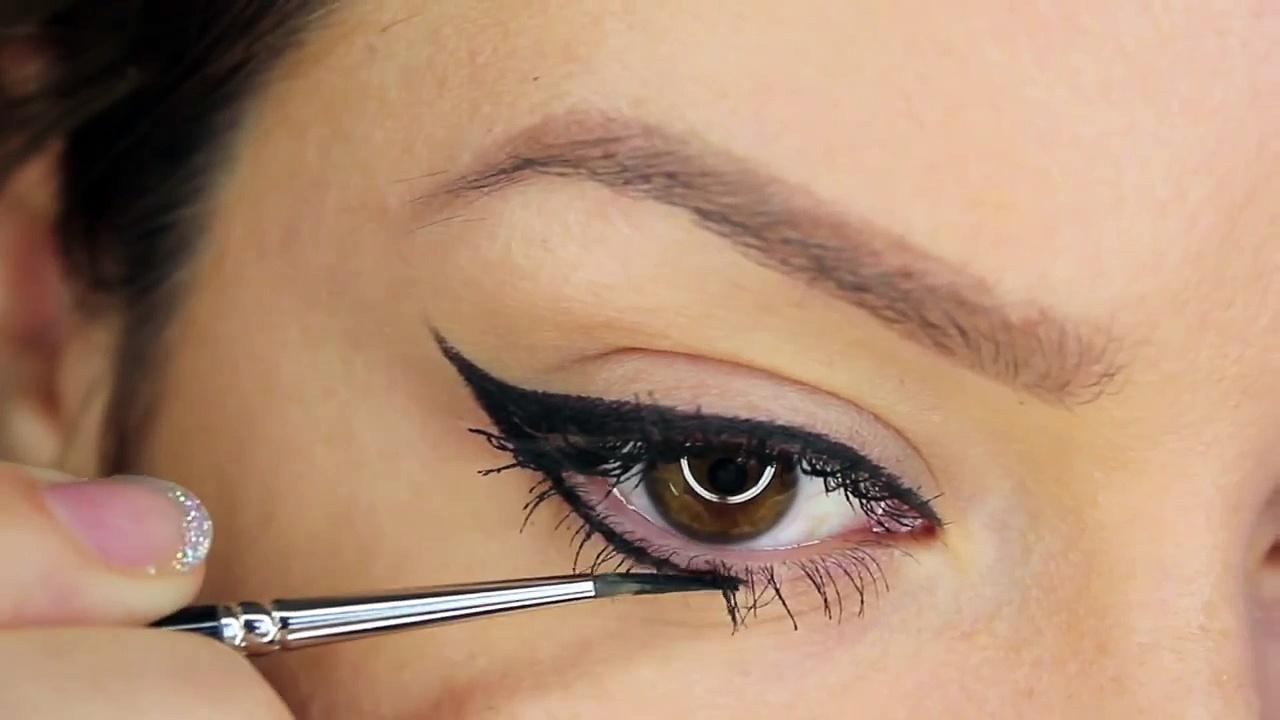 Как се прави перфектната очна линия само за 3 минути?