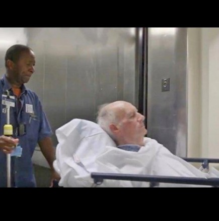 Неговата работа е да премества пациентите от стая на стая