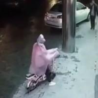Мъж насилва жена на улицата