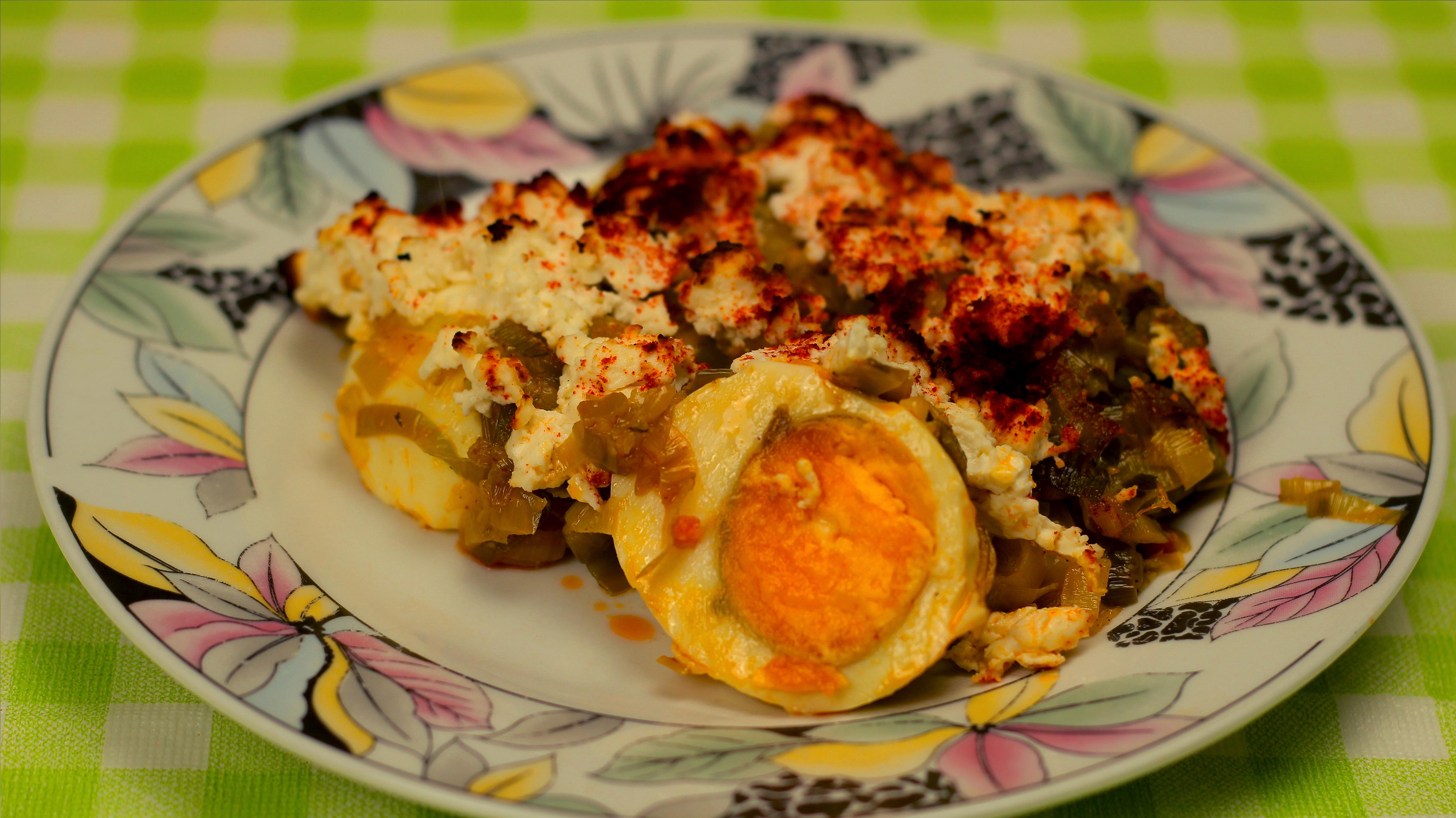 Яйца с праз и червен пипер