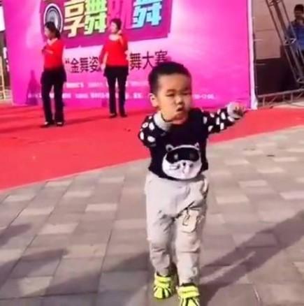 Малкият направо открадна шоуто на каките! Сподели с приятели и ги накарай да се усмихнат (ВИДЕО)