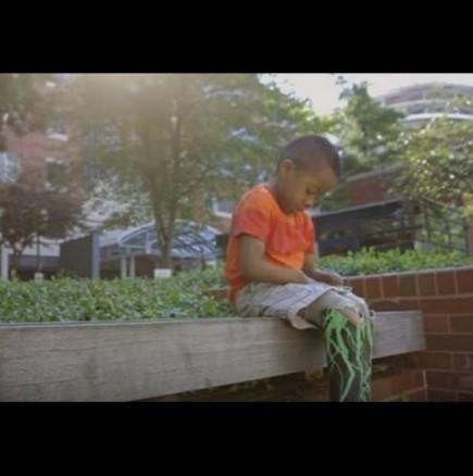 9-годишно момченце с трансплантирани ръце