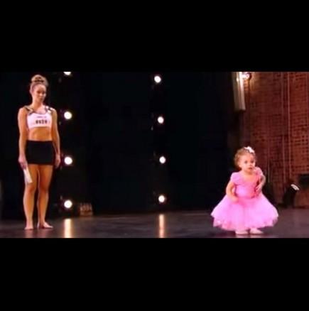 Уникален танц на двегодишно момиченце шашна публиката