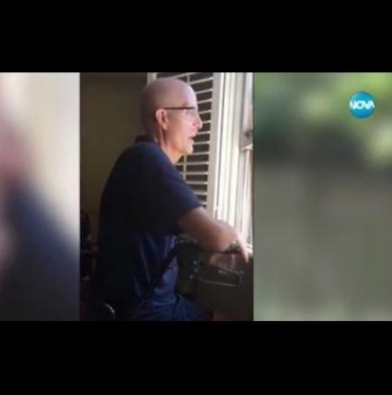 Ученици пеят пред дома на болен учител