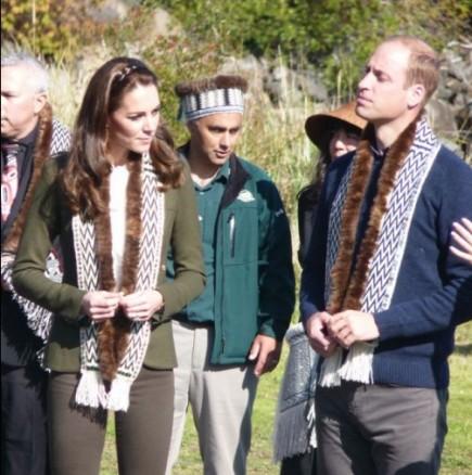 Кейт и Уилям гребат с кану