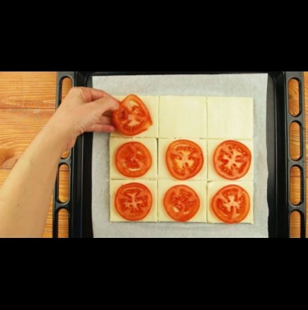 Хапки от бутер тесто с домат и босилек