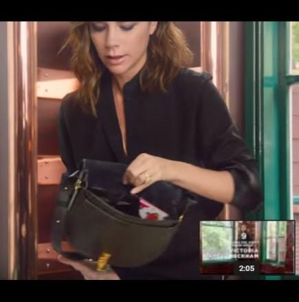 Виктория Бекъм показа, какво крие в дамската си чанта
