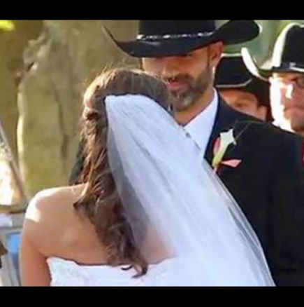 Булката срещна младоженеца пред олтара, но нейното семейство се вглежда в роклята й и виждат нещо невероятно!