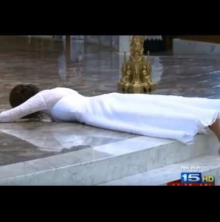 Булка легна на пода по средата на сватбата